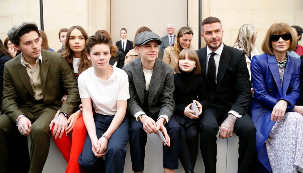 STJERNELAG: Beckham-familien viste sin støtte til Victoria under visningen, og fikk selskap av Hana Cross (t.v.) og Anna Wintour (ytterst t.h.). Foto: NTB scanpix