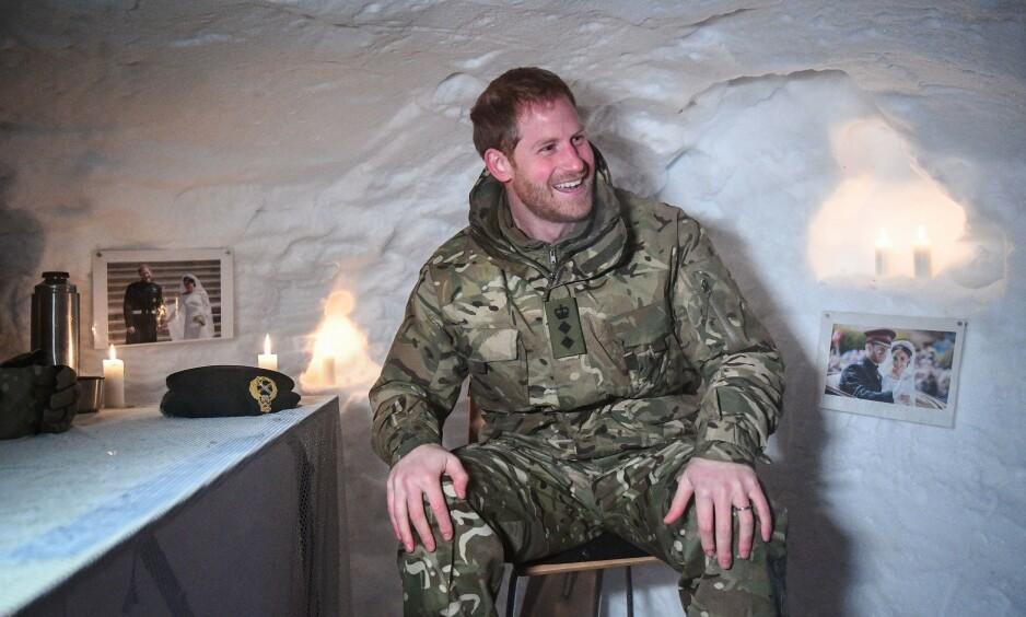 OVERRASKET: Prins Harry (34) fikk seg en god latter da han skulle posere i en iglo under sitt besøk til Bardufoss forrige uke. Les: Veggpynten. Foto: NTB Scanpix