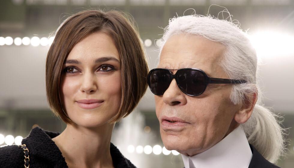 FORVIRRING: Karl Lagerfeld døde på tirsdag, og ble muligens 85 år gammel. Det er nemlig hevdet at han er født i flere forskjellige år på 1930-tallet, og han har selv vært sprikende i sin forklaring. Her med filmstjernen Keira Knightley i 2010. Foto: NTB scanpix