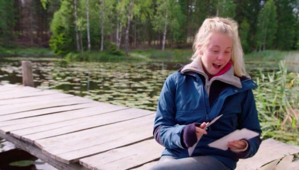 OVERRASKET: Martine Lundes reaksjon da hun oppdaget kjærestens småfrekke hilsener. Foto: TV 2