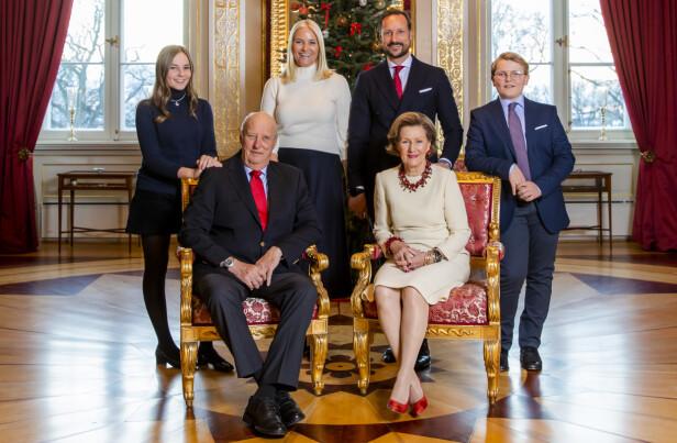 <strong>HELE GJENGEN:</strong> I dag fyller kong Harald 82 år. Her er kongefamilien samlet til den årlige julefotograferingen på Slottet i 2018. Foran: kong Harald og dronning Sonja. Bak f.v.: prinsesse Ingrid Alexandra, kronprinsesse Mette-Marit, kronprins Haakon og prins Sverre Magnus. Foto: NTB Scanpix
