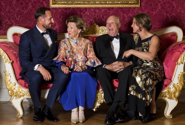 <strong>FORELDRE OG BARN:</strong> Her er kong Harald og dronning Sonja avbildet med sine to barn, kronprins Haakon Magnus og prinsesse Märtha Louise, i forbindelse med kongeparets gullbryllup i august i fjor. Foto: NTB Scanpix
