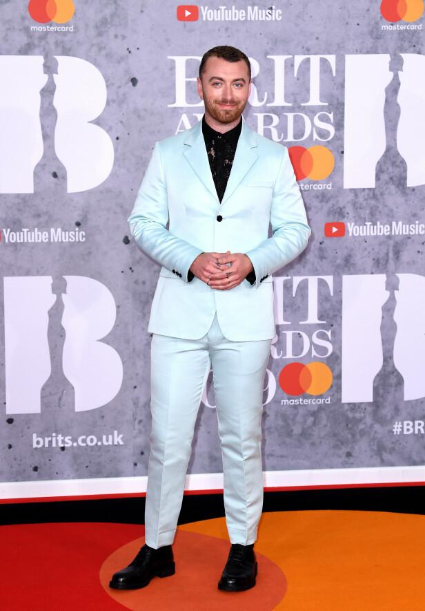 SAM SMITH: Den populære sangeren hadde tatt på seg en lyseblå dress for anledningen. Foto: NTB scanpix