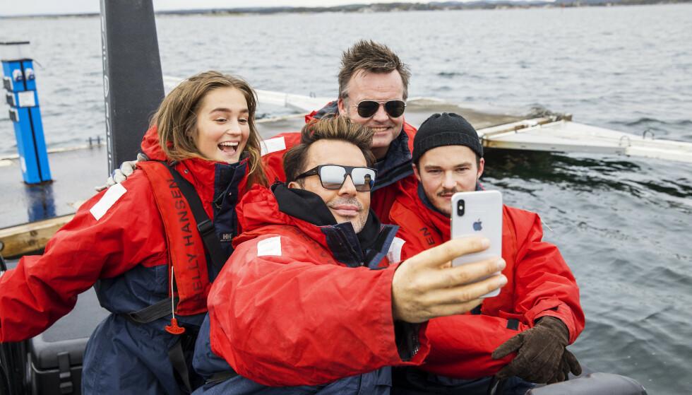FAMILIE-SELFIE: – Se min flotte familie! stråler Jan Thomas sammen med niesen Helene, nevøen Simon og 50-års jubilanten Bjørn, foreviget med en selfie før de tar seg en fartsfylt tur på sjøen i Kragerø. Foto: Espen Solli