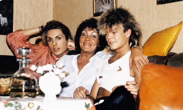 HOS MAMMA: Jan Thomas (t.v.), mamma Anny og bror Bjørn i sofaen hjemme i Skien i 1983. Begge brødrene var utvilsomt opptatt av hårfrisyren. Foto: Privat