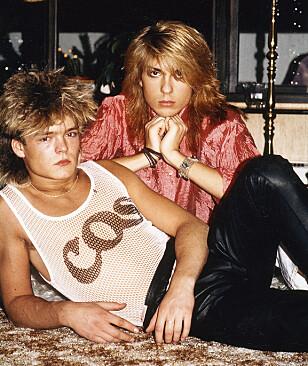 HÅRFINE: - Sjekk frisyrene! viser Jan Thomas. Her er stylisten og lillebror Bjørn sammen i stua hjemme hos mamma i Skien på 80-tallet. Foto: Privat