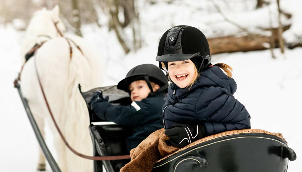 MORO: Estelle og Oscar ser ut til å storkose seg i hestesleden. Foto: Linda Broström / Det svenske kongehuset