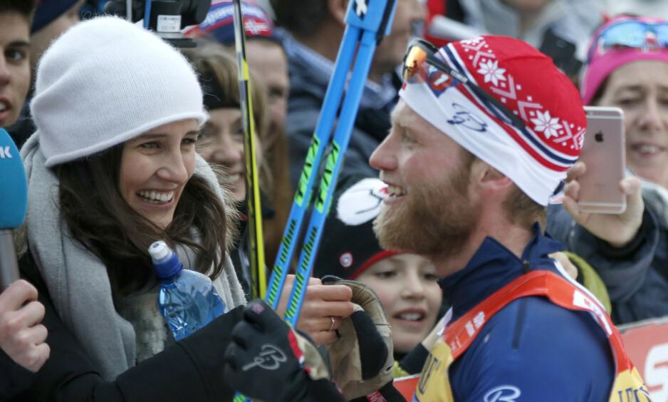 FAMILIE: Martin Johnsrud Sundbys kone, Marieke Heggeland, stiller opp for å få hverdagen til å gå rundt med både skisatsing og familieliv. Her er ekteparet avbildet under Tour de Ski i 2016. Foto: NTB Scanpix