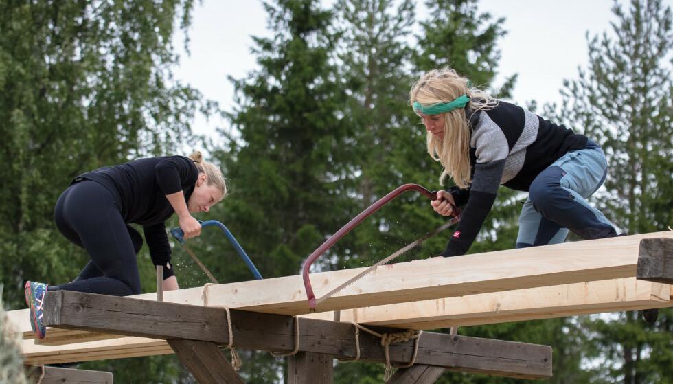 TØFF KAMP: Sagekonkurransen mellom Tiril Sjåstad Christiansen og Trude Mostue var lenge jevn, før førstnevnte omsider stakk av med seieren. Foto: Alex Iversen / TV 2