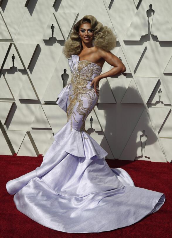 SILHUETT: Dragartisten Shangela, som hadde en rolle i Oscar-nominerte «A Star Is Born», gikk for denne lavendelkjolen. Foto: NTB scanpix