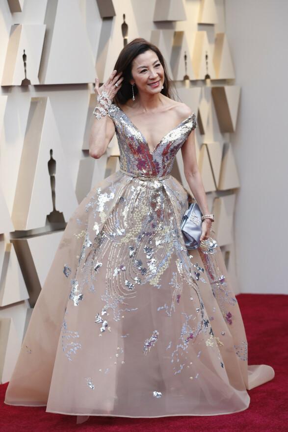 BLØTKAKE: Skuespiller Michelle Yeoh dukket opp i denne store og glitrende kreasjonen fra Elie Saab. Foto: NTB scanpix