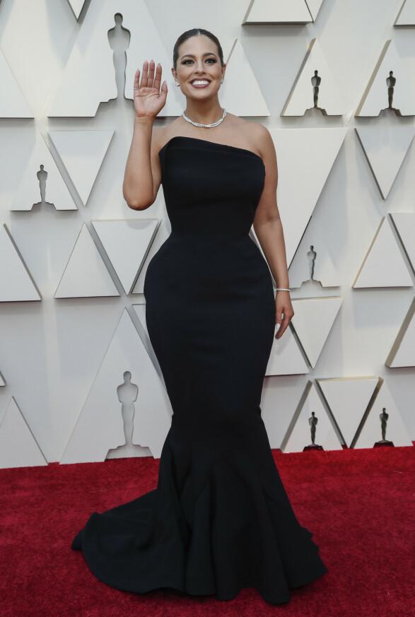 FORMER: Pluss-size modell Ashley Graham stylet den sorte kjolen med enkle smykker. Foto: NTB scanpix