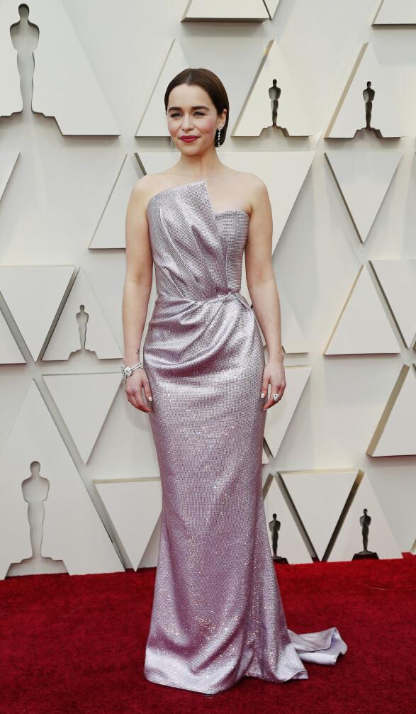 GLITTER: «Game of Thrones»-stjernen Emilia Clarke gikk for denne glitrende kreasjonen. Foto: NTB scanpix