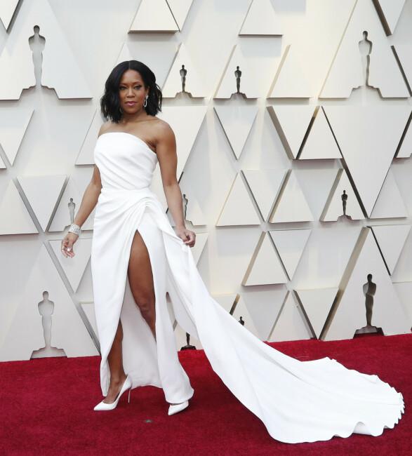 HVITT: Skuespiller Regina King dukket opp i hvit kjole med høy splitt fra Oscar de la Renta. Foto: NTB scanpix
