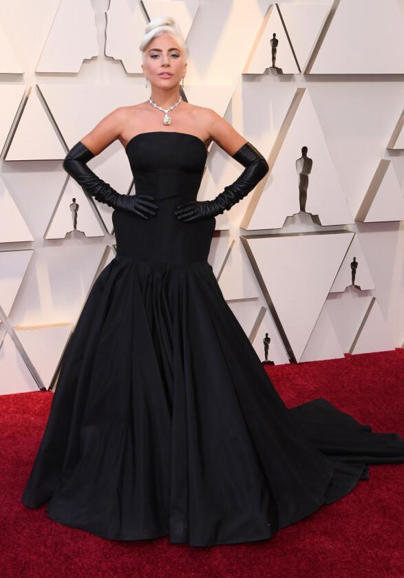 MINIMALT: Lady Gaga pleier å overraske på rød løper, og gjorde nettopp det i natt - med en minimalistisk kjole fra Alexander McQueen. Diamanten rundt halsen hennes har, ifølge Cosmopolitan, en verdi på 30 millioner dollar - eller 258 millioner norske kroner. Foto: NTB scanpix