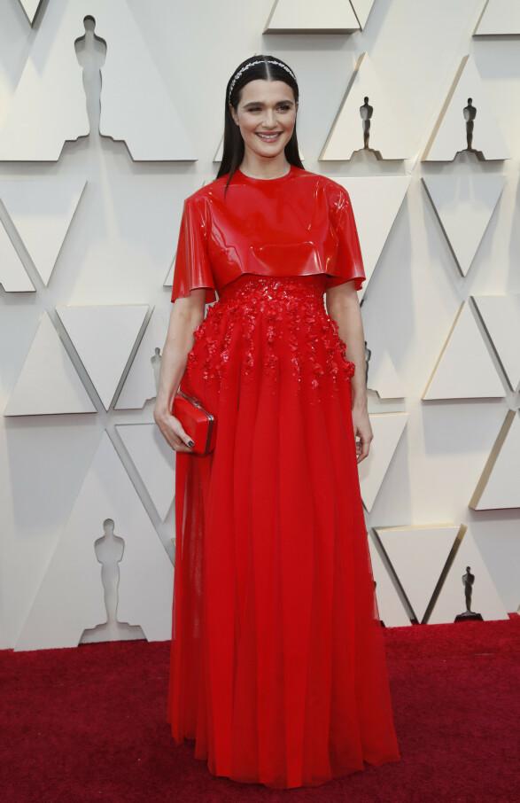 RØDT: Nominerte Rachel Weisz dukket opp i dette røde antrekket. Foto: NTB scanpix