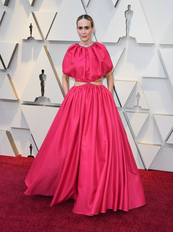 ROSA: Rosa er en av årets største trender på Oscar-løperen, her sett på Sarah Paulson. Foto: NTB scanpix