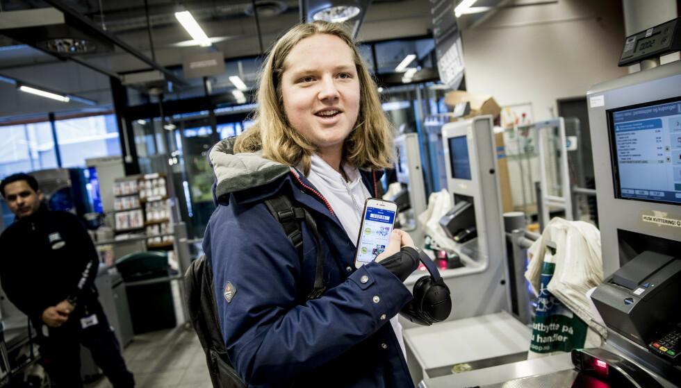 TILBUD: Aslak Leo Jåsund får tilbud på både ferdigmiddager og potetchips på mobilen sin.