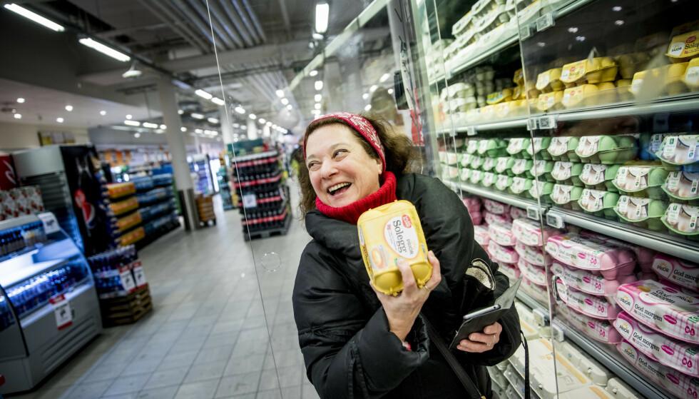 MED PÅ KJØPET: I dag gir Coop-appen Beate Wennerød en kartong Solegg - uten at hun trenger å betale en krone for dem!