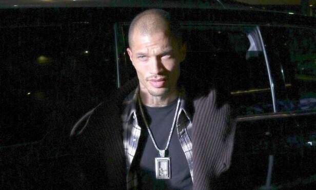 FESTKLAR: Jeremy Meeks troppet opp utenfor hotellet i Los Angeles, klar for fest. Sånn skulle det ikke bli. Foto: NTB scanpix