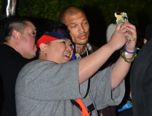 POPULÆR FANGE: Meeks måtte belage seg på å ta flere selfier utenfor lokalet, selv etter den ydmykende opplevelsen. Foto: NTB scanpix