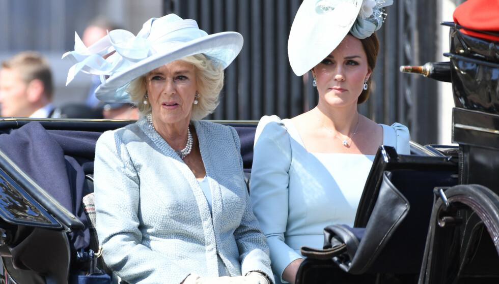 VIL FÅ FREM BUDSKAPET SITT: Hertuginne Camilla av Cornwall holdt nylig en tale om hvor viktig det er med et godt kosthold og å holde seg i aktivitet for å unngå benskjørhet. Her avbildet med hertuginne Kate i fjor sommer. Foto: NTB scanpix