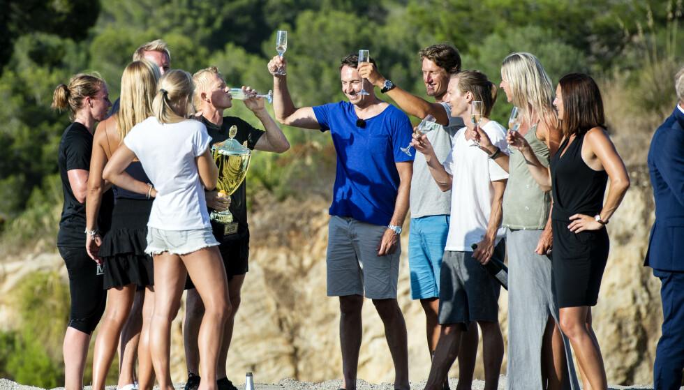 <strong>FEIRET MED CHAMPAGNE:</strong> Pål Anders Ullevålseter blir feiret av de andre deltakerne etter å ha dratt seieren i land. Foto: John T. Pedersen / Dagbladet