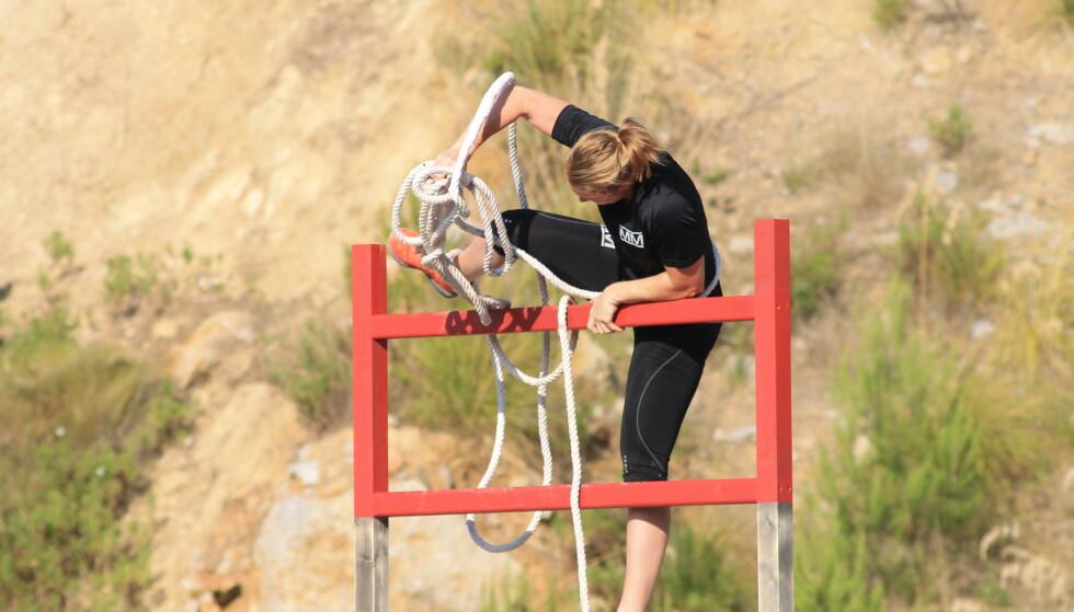 <strong>KRØLLET SEG TIL:</strong> Karoline Dyhre Breivang havnet bakpå i det første hinderet av finaleløypa. Selv forklarer hun at det ikke gikk like smidig som hun hadde håpet på. Foto: NRK