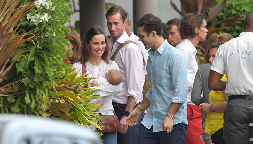 <strong>PÅ FERIE:</strong> Her er Pippa Middleton avbildet sammen med lille Arthur, ektemannen James Matthews (i midten bak) og svigerbroren Spencer Matthews (t.h.). Foto: NTB Scanpix
