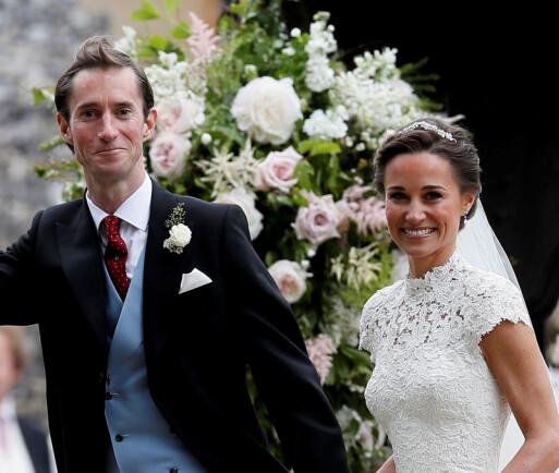 <strong>STRÅLTE:</strong> Pippa Middleton og ektemannen James var et eneste stort smil etter vielsen. Foto: NTB Scanpix