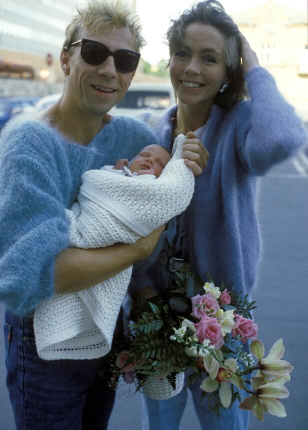 <strong>STOLT MAMMA:</strong> Anita Skorgan har tre barn. I 1984 fikk hun datteren Sara sammen med Jahn Teigen, som hun her er fotografert med utenfor Ullevål sykehus. Hun har også to døtre med Freddy Dahl. Foto: NTB scanpix