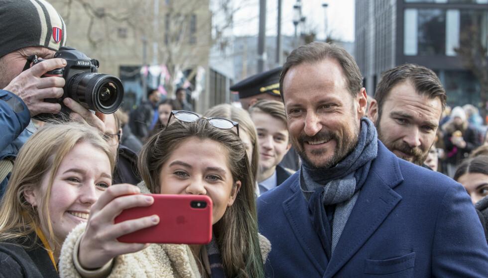 SELFIE: Kronprins Haakon stilte opp på en selfie da han besøkte Porsgrunn i slutten av februar. Han vil nå ha et redusert program de neste ukene som følge av inngrepet. Foto: NTB Scanpix