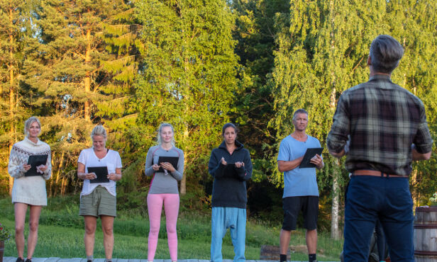 TRE MÅTTE UT: I kveldens «Farmen»-episode ble tre deltakere sendt hjem. Det nærmer seg finale, og spisser seg godt til. Foto: Alex Iversen / TV 2