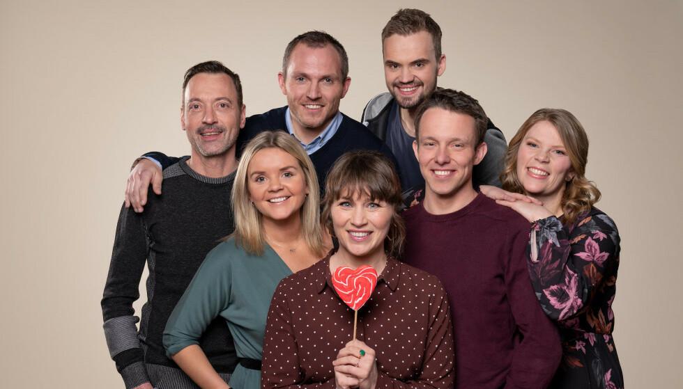 BONDEROMANTIKK: Disse seks bøndene søker kjærligheten på TV. Foran er programleder Gunhild Dahlberg. Foto: Espen Solli / TV 2