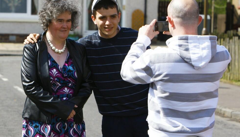 POPULÆR: Susan Boyle ble kjendis over natta etter tv-auditionen. Her poserer hun for bilder med fans i Skottland i 2009. Foto: NTB Scanpix