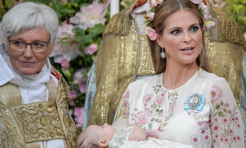 FØRSTE BURSDAG: Prinsesse Adrienne fyller ett år i dag. Her er hun i mamma Madeleines armer under dåpen i juni. Foto: NTB Scanpix