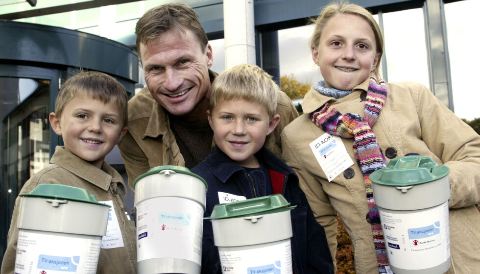 SØTE: I 2003 hadde Petter Stordalen barna med seg som bøssebærere til TV-aksjonen. Fra venstre ser vi Jakob, Henrik og Emilie. Foto: NTB scanpix