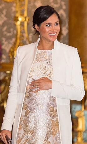 <strong>- STYLER SEG SELV:</strong> Med unntak av eget bryllup, hevder kildene at Meghan alltid står for egen styling. Her under et arrangement ved Buckingham Palace tidligere denne mpneden. Foto: AFP/ NTB Scanpix