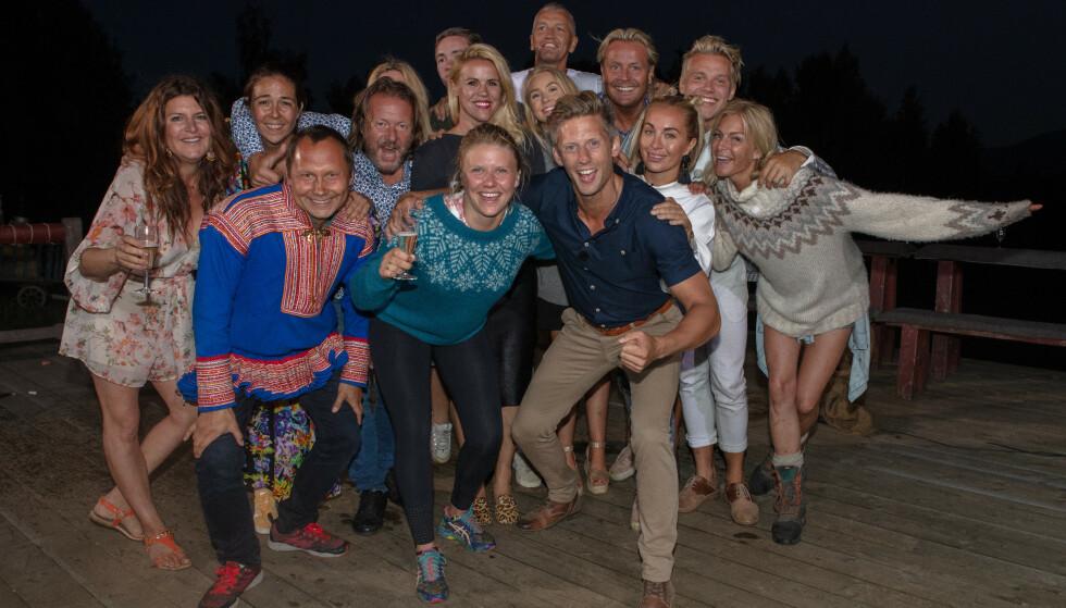 <strong>SAMLET:</strong> Årets «Farmen kjendis»-cast poserer sammen med programleder Gaute Grøtta Grav like etter finalen. Foto: Alex Iversen / TV 2