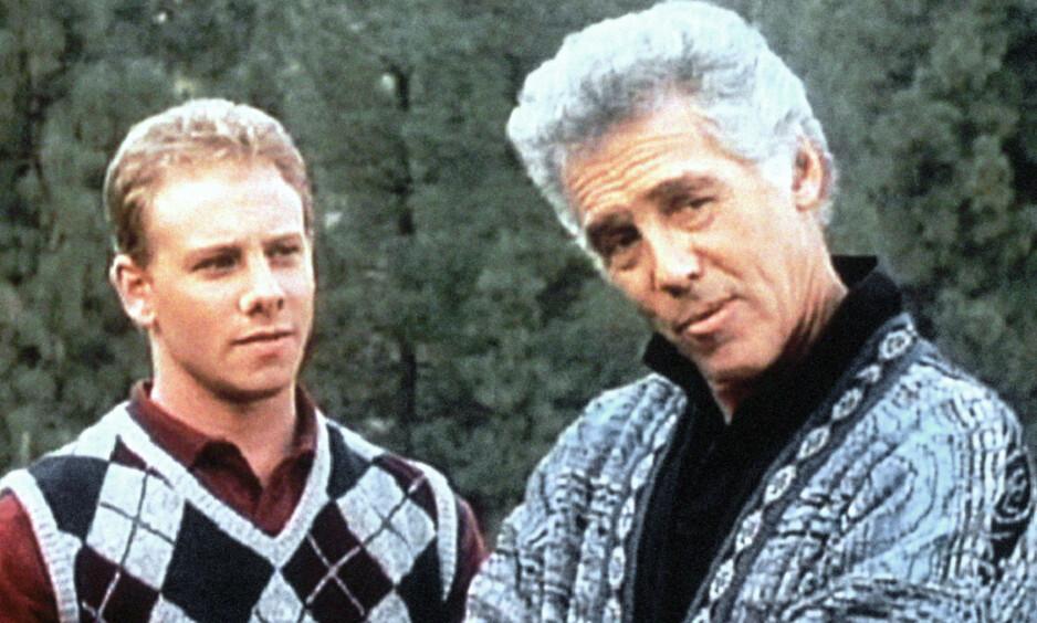 I SORG: Ian Ziering (til venstre), som spilte sønnen til Jed Allan (til høyre) i «Beverly Hills 90210», er i sorg etter å ha mistet nok en kollega fra tv-serien. Her er de to avbildet i en scene fra serien. Foto: NTB Scanpix