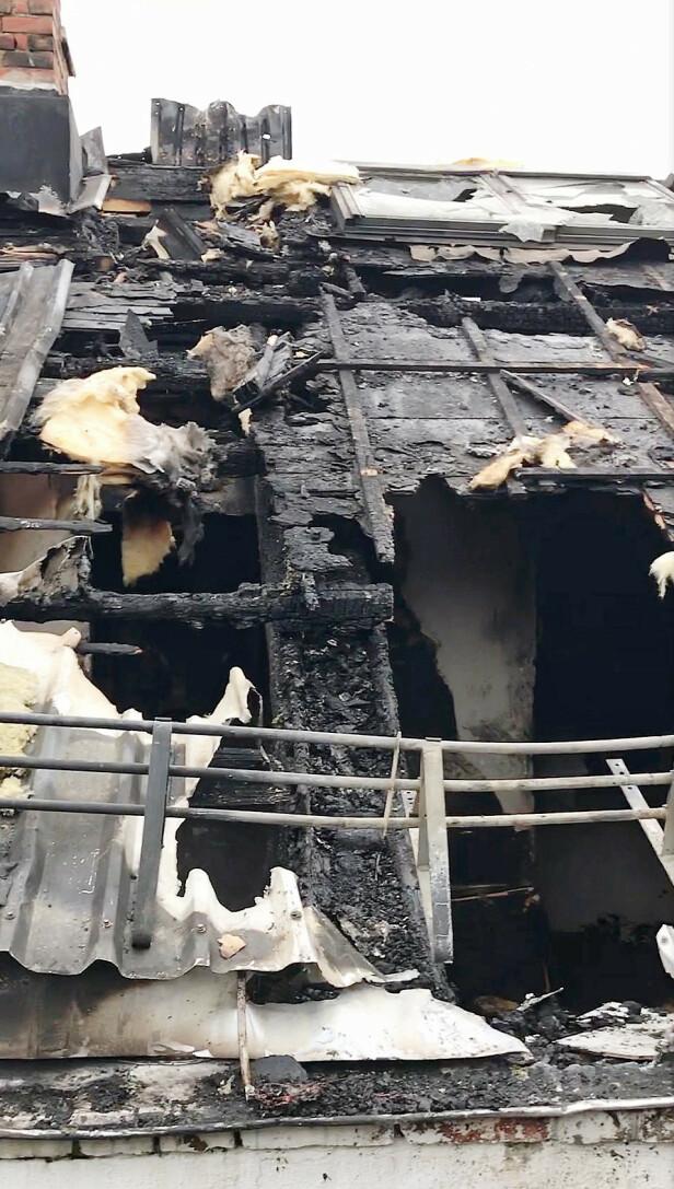<strong>RAFTIG BRANN:</strong> Her ser vi hvor omfattende brannskadene er i loftsleiligheten rett over der «Sofa»-paret bor. Det ble brukt mye vann for å slokke, og det er omfattende skader i leilighetene under
