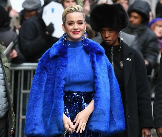 NYFORLOVET: Katy Perry fotografert i New York for et par uker siden, med forlovelsesringen godt synlig. Foto: NTB scanpix