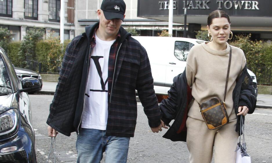 <strong>PÅ SHOPPING I LONDON:</strong> Etter rundt seks måneder som par viser endelig stjerneparet følelser i offentligheten. Foto: NTB Scanpix
