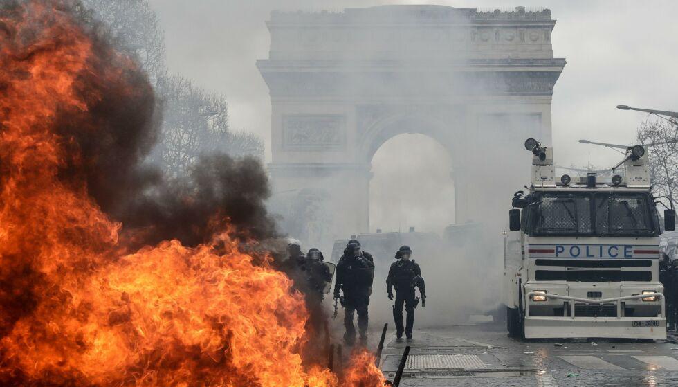 PARIS BRENNER: Kjendismanager Erland Bakke har havnet midt oppe i dagens opptøyer i Paris. Her en brennende barrikade ved Triumfbuen, hvor Bakke bor på hotell like ved. Foto: NTB Scanpix