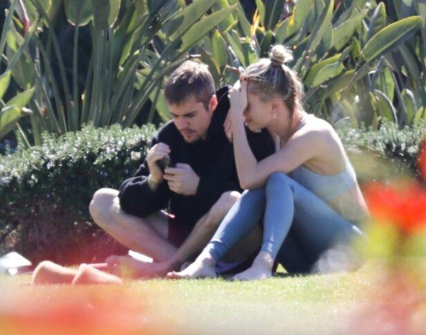 VANSKELIG: Hailey Baldwin forsøkte etter alt å dømme å trøste sin ektemann under turen i parken. Foto: NTB Scanpix