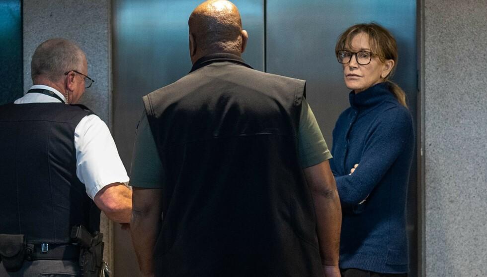 LØSLATT: Felicity Huffman ble sist uke løslatt etter å ha betalt en kausjon på omtrent to millioner kroner. Foto: NTB Scanpix