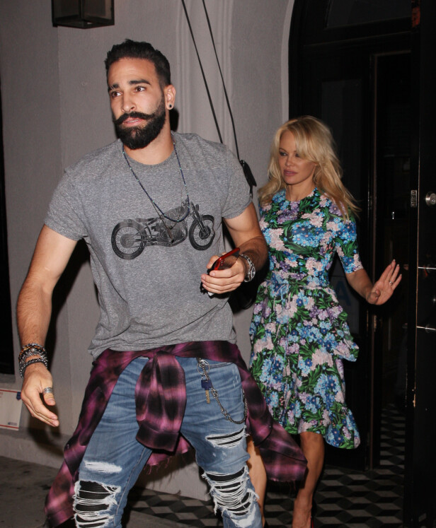 <strong>GJENOPPTATT KONTAKTEN:</strong> Adil Rami og Pamela Anderson blir sjelden fotografert sammen, men her er de avbildet på vei ut av en restaurant i West Hollywood i fjor sommer. Foto: NTB scanpix