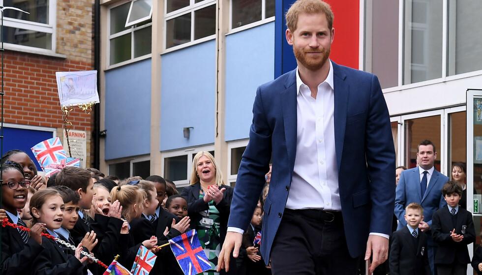 FANGET OPPMERKSOMHETEN: Prins Harry besøkte nylig St. Vincent`s Catholic Primary School, og der var det spesielt én elev som fanget oppmerksomheten til den britiske prinsen. Foto: NTB scanpix