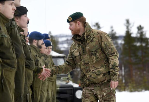 STORFINT BESØK: Prins Harry tok seg også tid til å hilse på norske soldater da han besøkte Bardufoss. Foto: NTB Scanpix