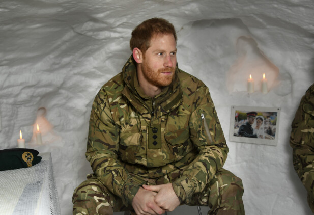 HEMMELIG GEST: De britiske soldatene i Nord-Norge hadde gjort det hjemmekoselig for prins Harry under iglo-besøket. Foto: NTB Scanpix